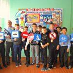 Воспитанники боровичского детского дома приготовили приятный сюрприз для работников полиции и автомобилистов