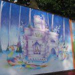 На боровичских улицах появились огромные баннеры со сказочными героями